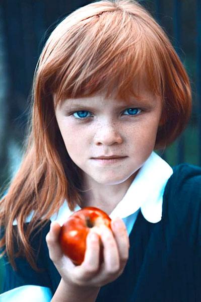 Дівчинка з яблуком